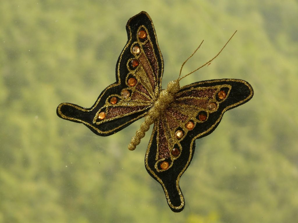 Красивая брошь в виде бабочки