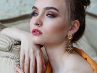Девушка с золотыми серёжками