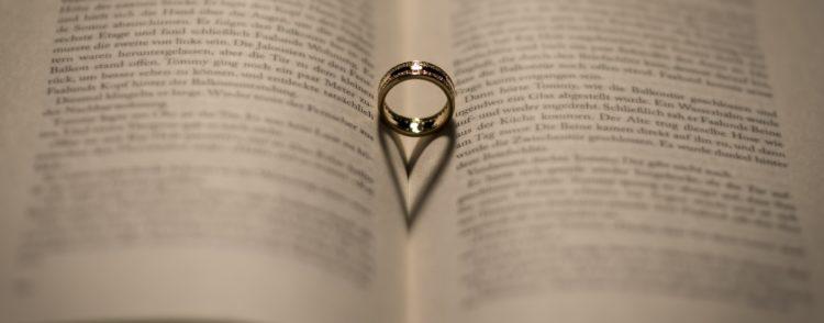Кольцо на большом пальце руки: значение и скрытый смысл