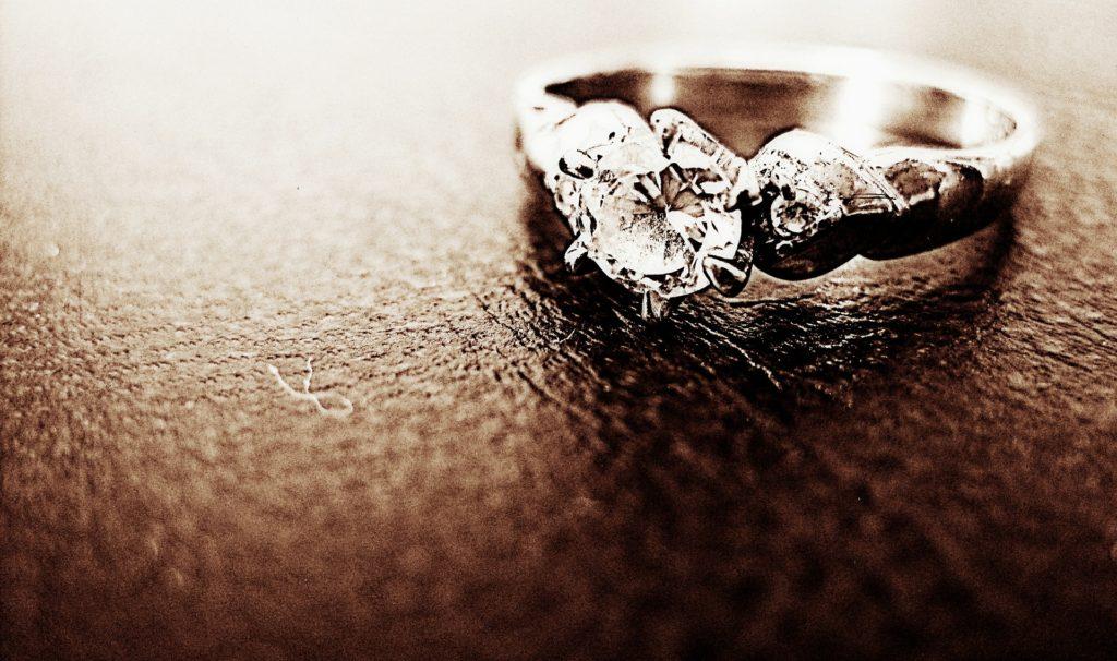 Драгоценное кольцо с ювелирным клеймом