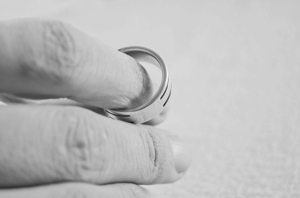 Кольцо на распухшем пальце